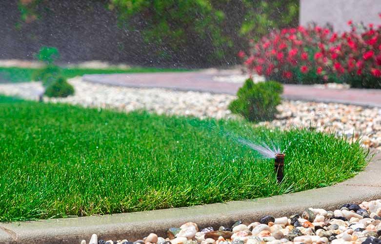 Rasenkante mit Bewässerungsdüse