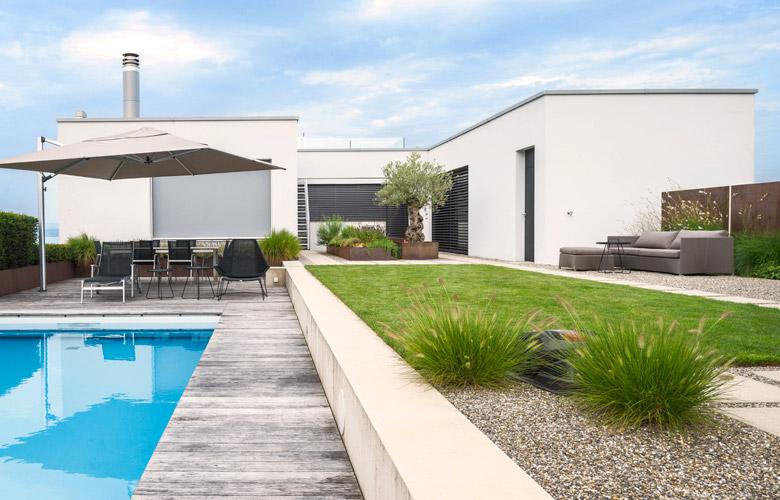 Ein minimalistischer, moderner Garten mit Pool.